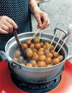 山形県白鷹町まちの食卓から。 山寺名物、力こんにゃく。精進料理のため生醤油で煮込んだものがほとんどだが、スルメでだしをとっている店もある。材料=玉こんにゃく、だし汁(かつおだし4:みりん1:醤油1の割合で作る)、スルメ各適宜。1.洗った玉こんにゃくをざるにあげ、水を切る。2. 1を鍋に入れ、だし汁をひたひたに注ぐ。 網であぶったスルメを切り入れ、煮付ける。3.玉こんにゃくがだし色になればでき上がり。一晩冷ますと味がしみていっそうおいしくなる。
