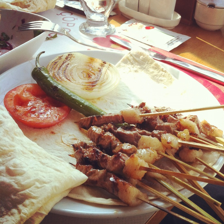 Çöp Şiş - Chop Shish Kebab  Chunks of lamb on a wood skewer cooked over the barbecue served with flatbread. Roll them up in the flatbread sprinkle some green pepper,  lemon and fresh Italian parsley   From the Aegean Region _Delicious