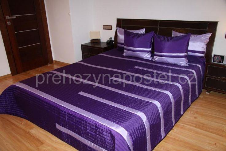 Tmavě fialové přehozy přes postel se světlefialovým pruhováním