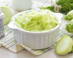 Salade de courgettes rapées et pommes acidulées : http://www.cuisineaz.com/recettes/salade-de-courgettes-rapees-et-pommes-acidulees-29163.aspx