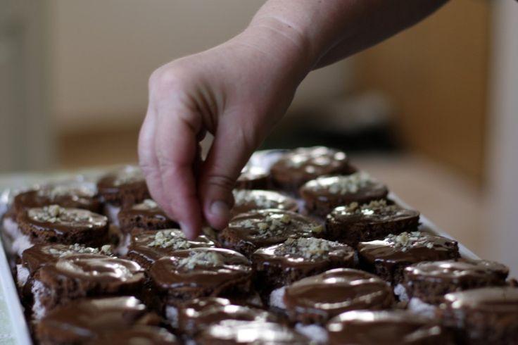 Szőlőkrémes csokisapka készül