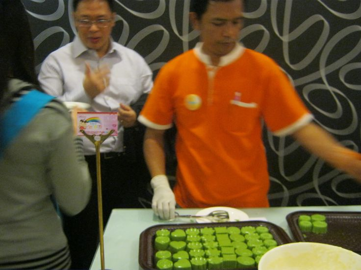 """waiting for the green """"matcha"""" puddings"""