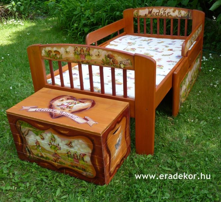 Ágy és játéktároló - Medike névreszóló tömörfenyő festett hosszabbítható gyerekágy ágyneműtartóval, leesésgátlóval. Fotó azonosító: AGYMED09