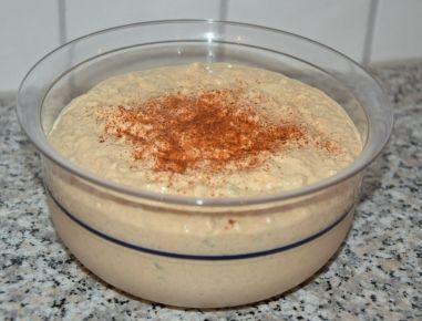 Für den Liptauer Aufstrich Eier, Gurkerl und Zwiebel kleinwürfelig schneiden und mit Topfen, Sauerrahm, Senf und Paprikagewürz vermischen. Mit Salz
