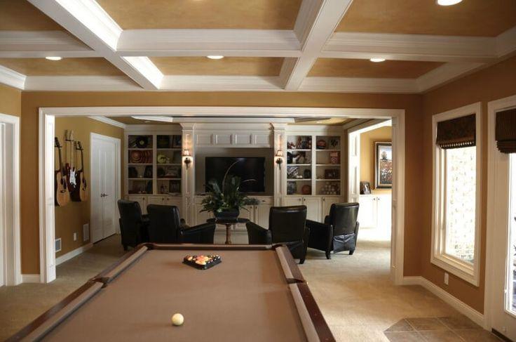 Luxuriöse Mann Höhle mit Billardtisch, Fliesen Boden und Entertainment-Bereich, umgeben von 4 bequeme Stühle schwarz.