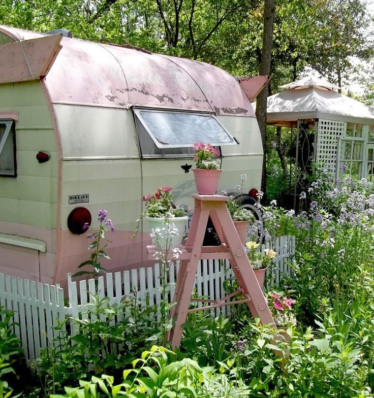 ~Love the camper in pink! FleaingFrance Brocante Societ How about this for an Art Studio in your backyard! Wish I had one!!! I have had more re-pins on this than any other thing Ive pinned~