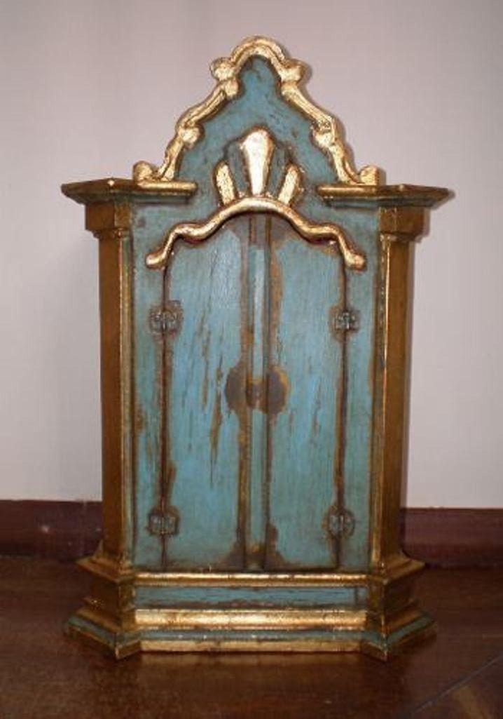 ORATÓRIO BARROCO - Oratório feito à mão, em madeira, pintura barroca envelhecida. <br>Cores fortes com detalhes dourados, com flores nas portas. <br> <br>Profundidade: 12cm <br>Altura externa : 50 cm <br>Altura interna : 28 cm <br>Comprimento interno: 20 cm <br>Comprimento externo: 33cm <br> <br>Prazo para fabricação: em até 15 dias <br> <br>FRETE POR RESPONSABILIDADE DO COMPRADO