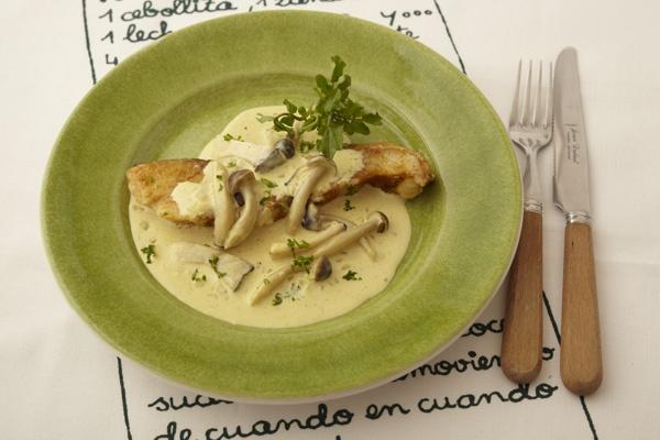 鍋ものの定番の白身魚のたらが、洋風のおしゃれな一品に。タラのカレームニエル。/ソースでおしゃれなお魚レシピ(「はんど&はあと」2011年9月号)