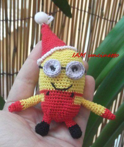 Minion di Natale vestito di rosso. 100% cotone lavorato all'uncinetto. Crochet cotton Minion Santa Klaus. Christmas doll. Handmade.