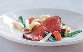 Oksehøjreb med marinerede forårsgrønsager En lun gæstemiddag, der er velegnet til en buffet. Det meste kan tilberedes i god tid.