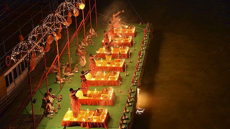 """- Sacerdotes hindus seguram lâmpadas de óleo enquanto executam orações da noite chamada """"Aarti"""", nas margens do rio Godavari. Foto: R. Narendra / Reute"""
