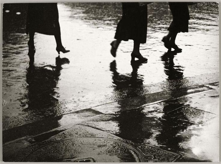 Brassaï / Jambes de Femmes, reflets dans la pluie, ca. 1930 - 33