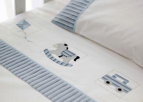 O Conjunto de Lençóis de Berço com 3 peças possui: <br>01 Lençol de Elástico para berço, que veste colchão até 135 x 75 cm; <br>01 Lençol de Dobra de 100 x 170 cm; <br>01 Fronha de 30 x 40 cm; <br>O Lençol de Dobra e a Fronha são bordados à mão com desenhos de Brinquedos e detalhes em azul. <br>Ambos têm barra de tecido estampado com listras azuis, todas as peças são feitas com percal 200 fios branco, 100% algodão.
