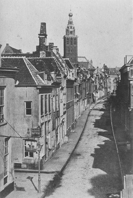 Vanaf de Bottelstraat, in de richting van de Korte Hezelstraat, in het midden de St. Stevenstoren in 1885.