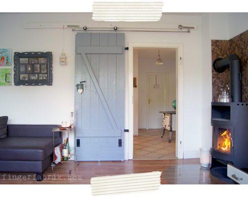Wibke vom Blog Fingerfabrik zeigt, wie man aus einer alten Tür eine Schiebetür im Vintage-Look bauen kann.