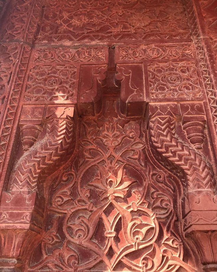 Pattern play at Fatehpur Sikri yesterday - endless intricate patterns in red sandstone - 450 year old magic in the hillsides outside of Agra #fatehpursikri #incredibleindia #tdltravels #patternplay