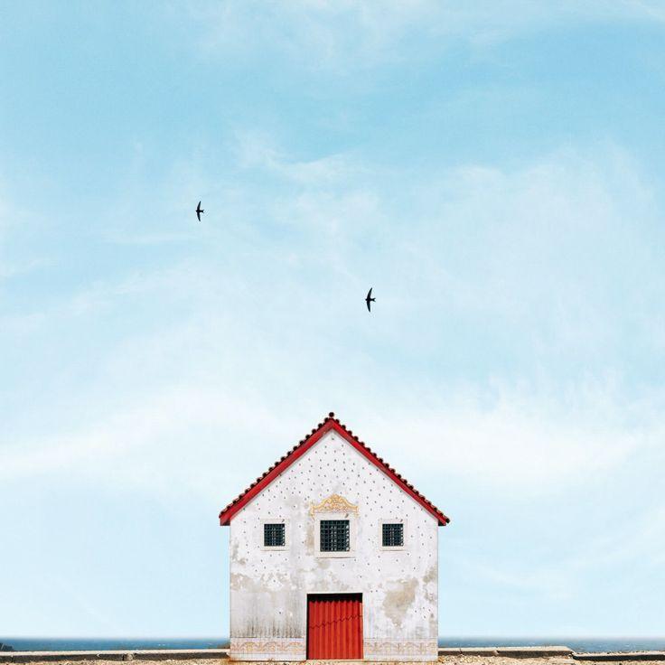 青空を背景に建つ伝統的な切妻屋根の家。ポルトガル在住のフォトグラファー、マヌエル・ピタによるシリーズ「Lonely House」は、ポップで色鮮やかな家々がもつ小さなストーリーを写し取る。