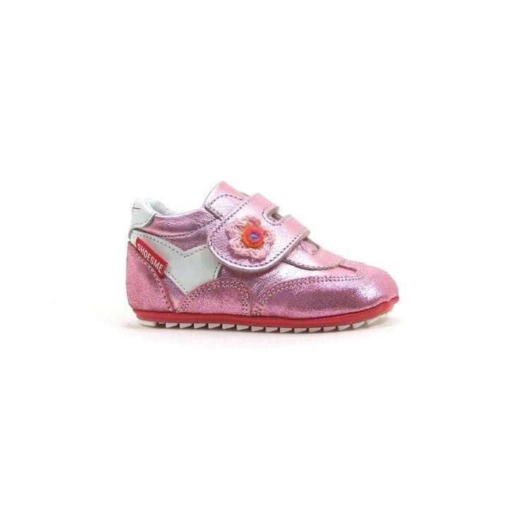 Shoesme heeft schoentjes voor alle fases en deze babyschoenen zijn ontwikkeld voor de eerste stapjes. De loopzool is super flexibel en daardoor heel goed geschikt voor de kleine loper. De babyschoenen zijn van leer en uitgevoerd in meisje-meisje zacht metallic roze met op de brede klitten band een gehaakt bloemetje. Babyproof zijn deze te leuke leren schoentjes en nu online te bestellen bij Shoehoo.nl.