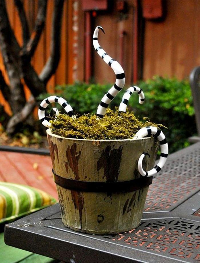 DIY d'Halloween pour transformer ses pots de fleurs en pots remplis de tentacules grouillantes.