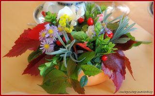 @vontagzutagmari Herbstliche Tischdeko in der Blumenschale mit Steckschwamm. Astern, Hagebutten, Lavendel, Efeu, Veitschi, Buchs und rotes Weinlaub. http://vontagzutag-mariesblog.blogspot.co.at/