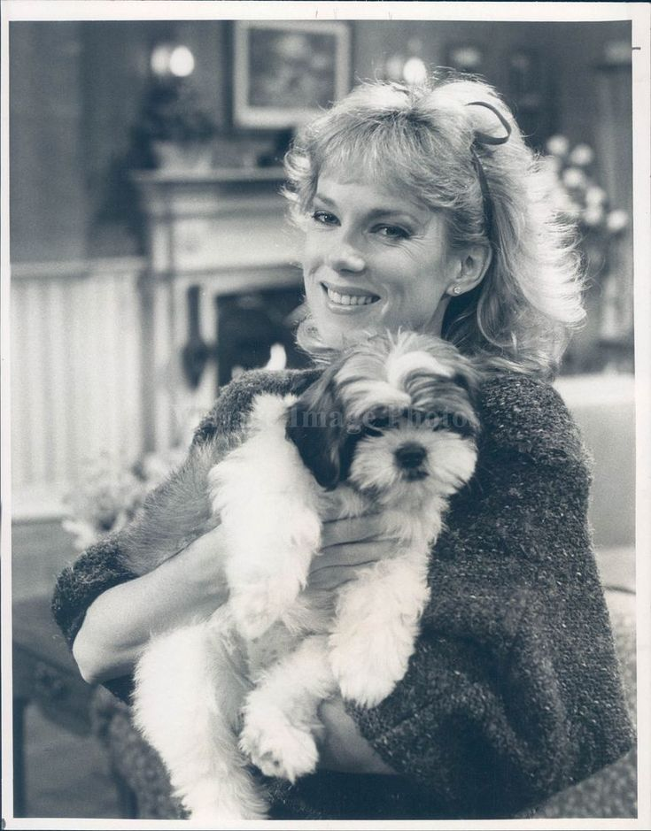 1985 Photo Julia Duffy Puppy Newhart CBS Actress Animal Portrait Vintage Rare