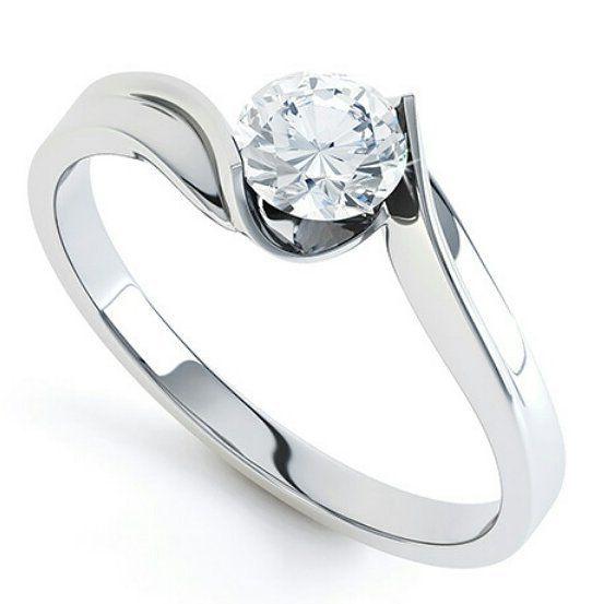 Porque los diseños clásicos siempre estarán de moda Oro blanco 18k Diamante de 0.35k engastado en bisel. Dando a la piedra un efecto visual de mayor tamaño. #diamond #ring #gold #compromiso #anillo #love #forever #engagement #fb #tw #pin