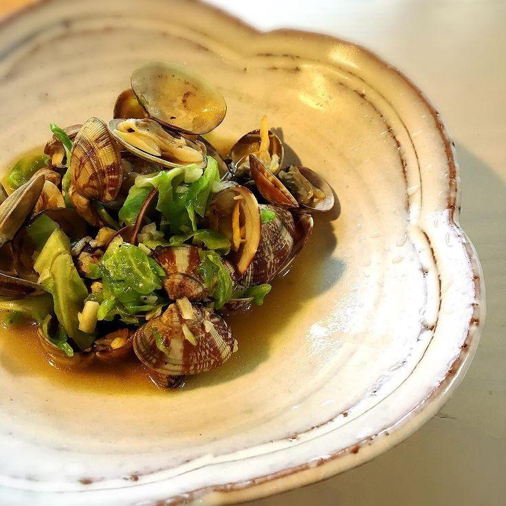 あさりと春キャベツの酒蒸し Steamed fresh clams and spring cabbage. * * #オリーブオイル #にんにく  #あさり #春キャベツ 塩胡椒、醤油だけのシンプルレシピ❤︎ Simple ingredients :) #oliveoil #garlic #clam #cabbage #soysauce and salt and pepper http://w3food.com/ipost/1515861591828374500/?code=BUJbBYdlqPk