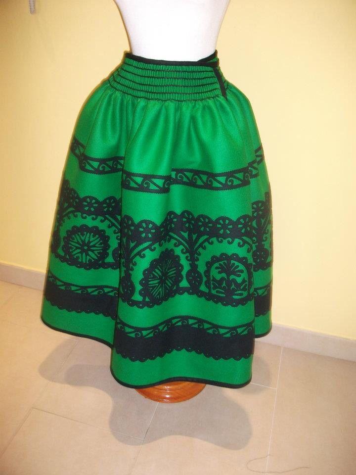 Trabajo distinto manteo picado o falda regional castellana de Ávila y provincia