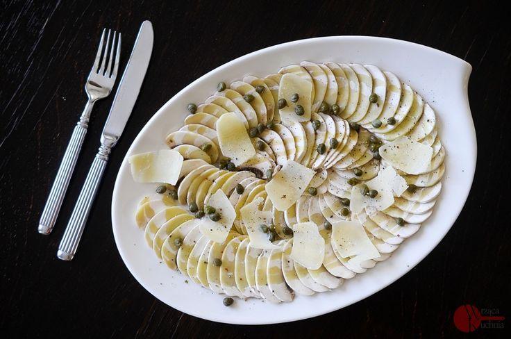 Pamiętacie nasz przepis na carpaccio z cukini ? Dzisiaj zastępujemy bladą zieleń, smakiem pysznych grzybów. Kroimy je w cieniutkie plasterki i podajemy z kaparami i plastrami parmezanu. Potrawa skropiona sokiem z cytryny i oliwą z oliwek ma oryginalny i bardzo wyrafinowany smak!
