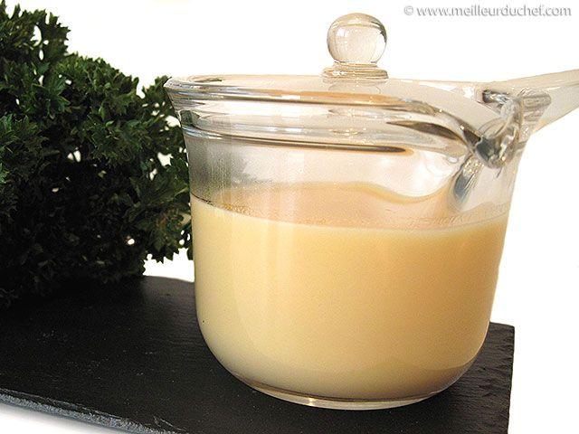 BEURRE BLANC ou beurre nantais (beurre froid, citron, vin blanc, échalote, se/poivre) - Avec poissons pochés ou grillés.