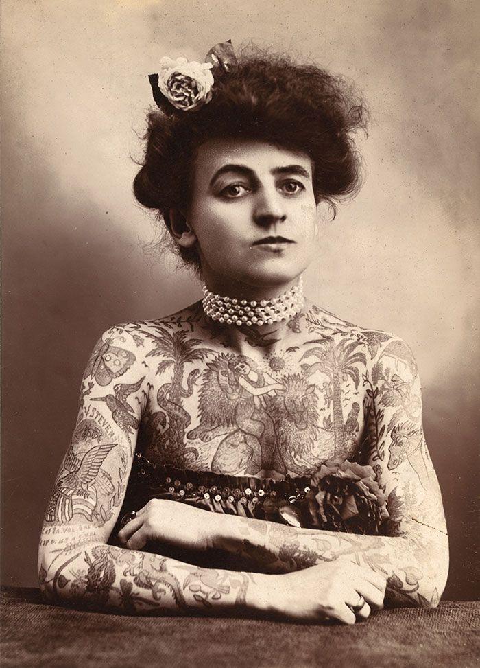 Μόνιμος σύνδεσμος σε Maud Stevens Wagner ήταν η πρώτη γνωστή Γυναίκα καλλιτέχνης τατουάζ στις Ηνωμένες Πολιτείες (1907)