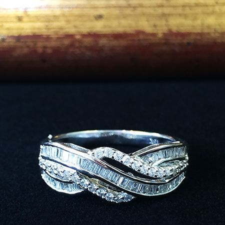 Золотое кольцо с бриллиантами багет
