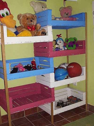 Que buena idea. Realizar estantes para que los niños guarden sus jufuetes con cajas de frutas.