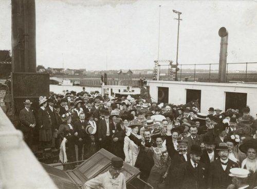Veerpont/stoompont. In 1910 viert de Nederlandsche Banketbakkersvereeniging haar 25-jarig bestaan. De feestvierders in enthousiaste stemming op de stoompont die de verbinding IJmuiden - Velsen onderhoudt.