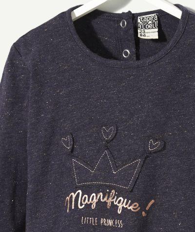 LE TEE-SHIRT IROQUOI : On craque pour ce tee-shirt au look de noël ! Votre fille va adorer ses paillettes et son style très girly ! LE TEE-SHIRT IROQUOI PAILLETÉ, col rond, manches longues, fermeture au dos par pressions, patch et print, pailleté, lurex.