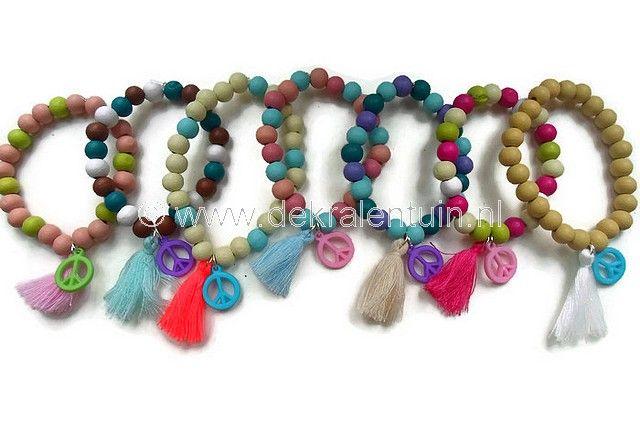 Leuke Ibizia-Style armbandjes! De armbanden zijn geregen op elastisch draad en gemaakt van ronde houten kralen in diverse kleuren. Afgewerkt met kwastjes en een hanger in de vorm van een Peace-teken.