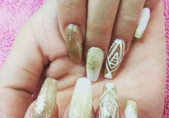 These 16 White And Gold Nails Are All You'll Want For Christmas