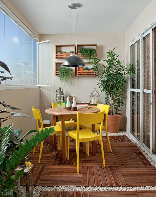 Varanda pequena - mesinha e cadeiras coloridas, com deck de madeira. Perfeita! Mais no blog!