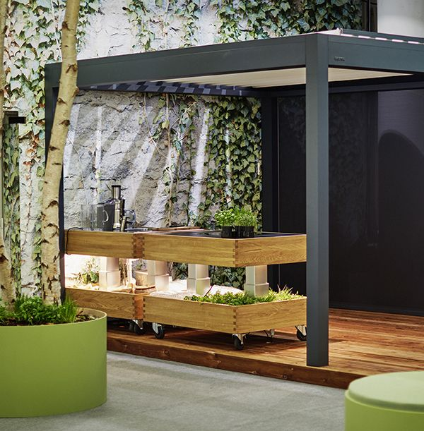 The Growbox kitchen designed by Philip Bro makes you long for the warm summer nights with food and drinks on the porch. Combined with the pergola from Brustor, you can create an outdoor area where it is great to relax at any time of the day. #designmeetsmovement #movingisliving #greenliving #urbanliving #design #pergola