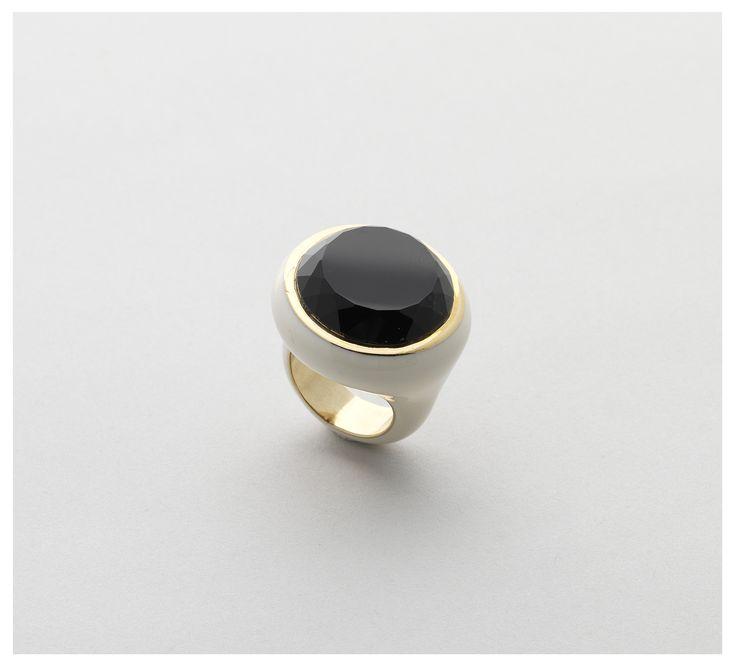 Golden bronze ring with white enamel with a wonderful round faceted #onyx/Anello di bronzo dorato e smaltato in bianco con meraviglioso #onice di forma rotonda