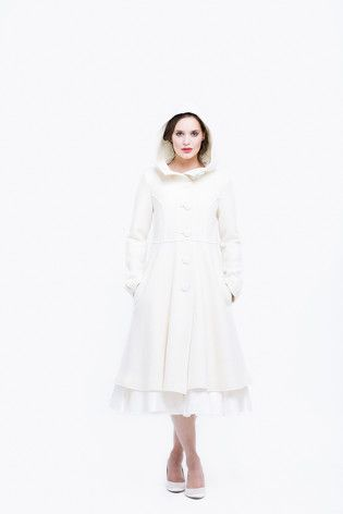 noni Lieblinge   schlichter Mantel mit großer Kapuze zum Brautkleid  (www.noni-mode.com - Photo: Le Hai Linh)