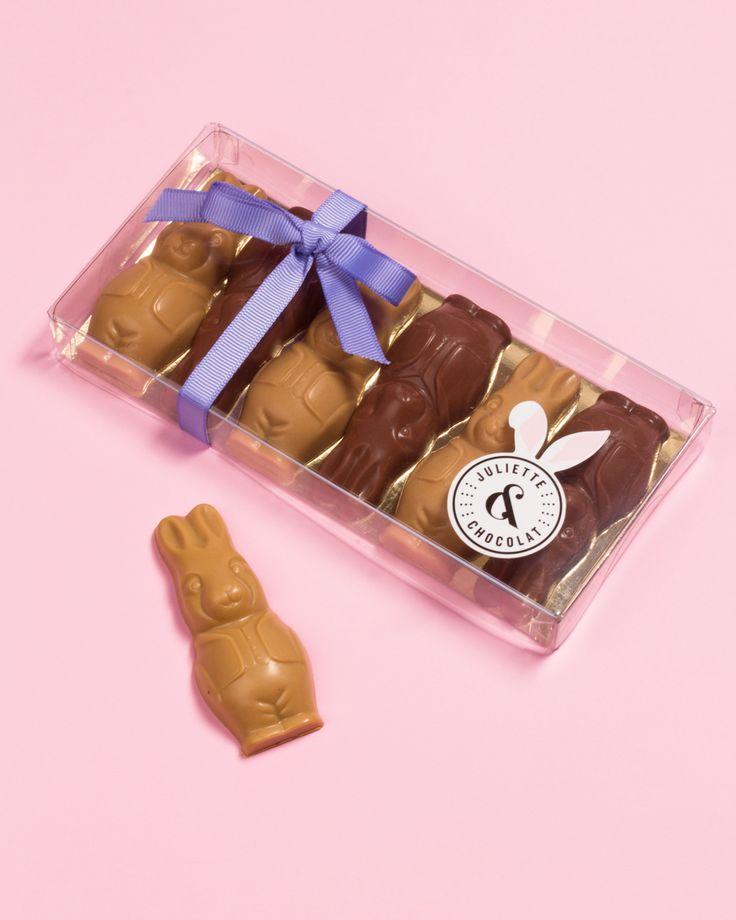 Nos petits lapins pralinés, au chocolat au lait 33% fourré au praliné noisette maison. 🐰🍫 Création artisanale de Pâques disponible dans toutes nos succursales et sur notre boutique en ligne.
