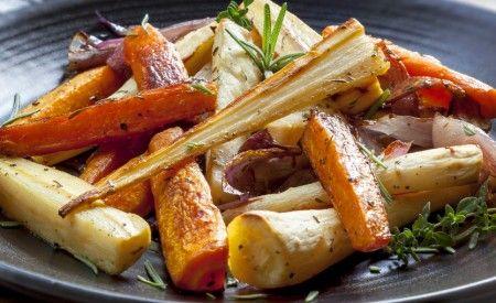 Hier finden Sie ein basisches Rezept für die Zubereitung von Pastinaken und Karotten vom Blech. Pastinaken liefern jede Menge Folsäure, Kalium, Magnesium und Zink und dienen einer gesunden Darmflora.
