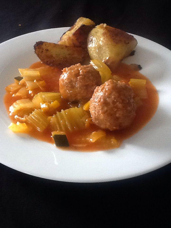 Balletjes met selder en gebakken patatjes. Maak je gehakt aan met een eitje,peper, zout en nootmuskaat alsook een snuifje currypoeder en chaplure. Maak balletjes zo groot als golfballen. Stoof een zoete ui aan en voeg er een selder in stukjes gesneden aan toe alsook een bakje gehalveerde kerstomaatjes,een laurierblad en een gele paprika in blokjes. Voeg een brikje tomato frito aan toe en een halve pot pisto ( tomatensaus met Provençaalse toets) (persoonlijk vind ik die van Lidl het beste)…