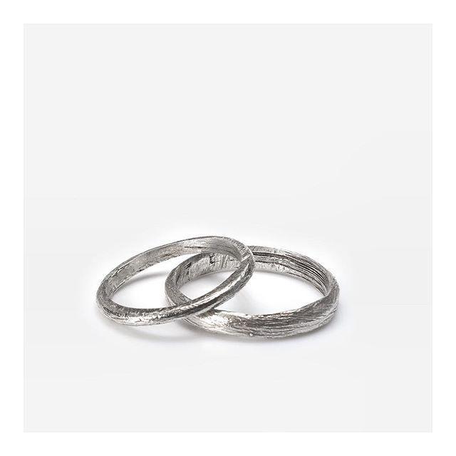 Ребята, все кто спрашивал про обручальные кольца, да мы их очень любим и делаем их на заказ, ограниченной партией из нашей коллекции Wedding Band Ringstone.  Делаем их в нашем стиле, но учитывая все ваши пожелания!👌🏻 Скоро предоставим Вам варианты wedding band Ringstone, а пока на фото обручальные кольца из серебра 925 сделанные на заказ💫ringstonejewelry