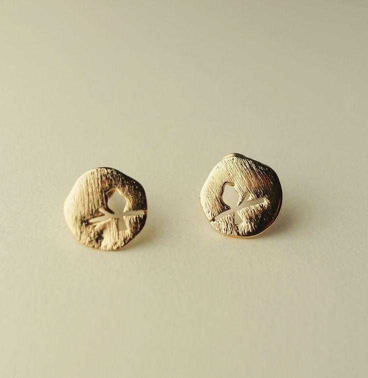 Minimalistischer Schmuck Ohrstecker Ohrringe gold gebürstet brushed Kreis Runde Vögel bird von MinimalismJewellery auf Etsy