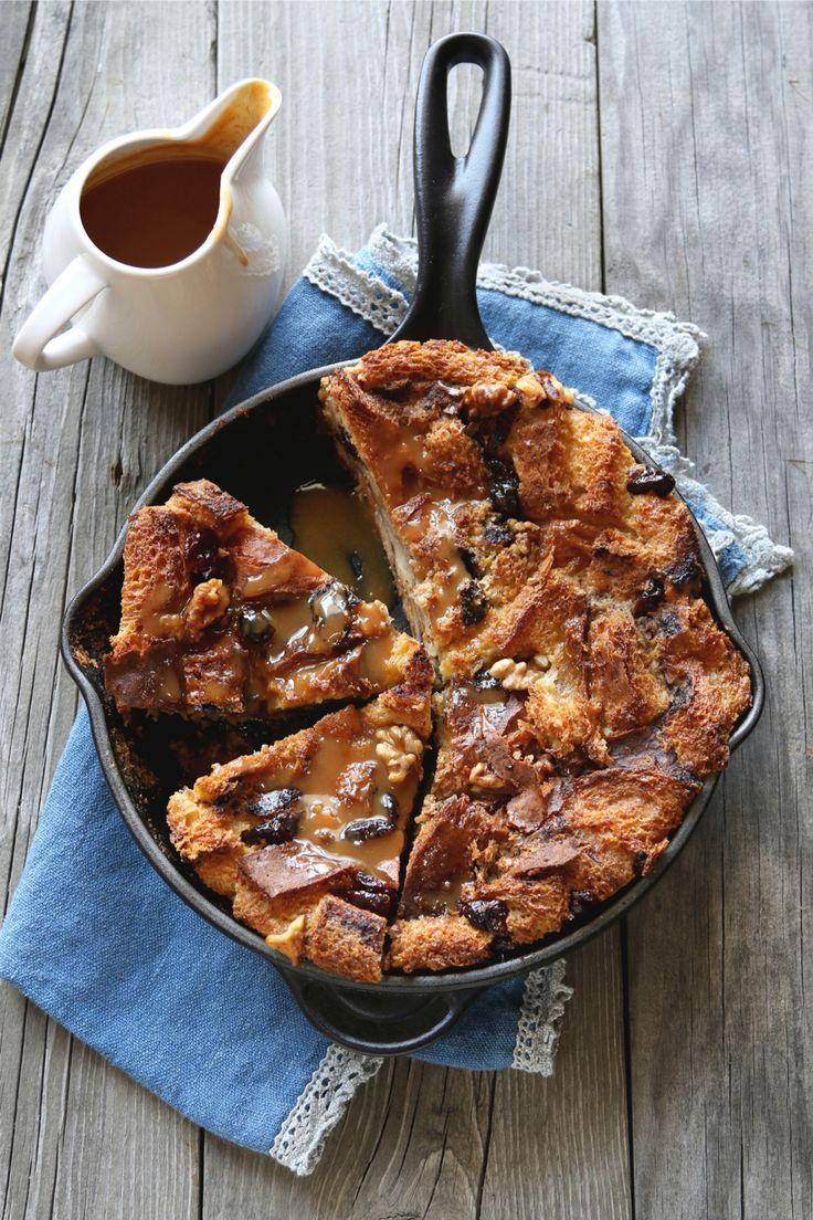 Klassiek in Engeland en ook steeds geliefder in Nederland is de broodpudding, ook welbread and butter puddinggenoemd. Dit dessert wordt gemaakt van oudbrooden op smaak gebracht met allerhande ingrediënten uit de voorraadkast, zoals vanille, eieren, suiker en specerijen. Er zijn verschillende manieren om broodpudding te maken, maar de basis is altijd een combinatie van (ongekookte) […]