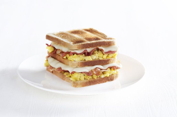 Doppio toast con uova strapazzate, bacon e Sottilette® Classiche