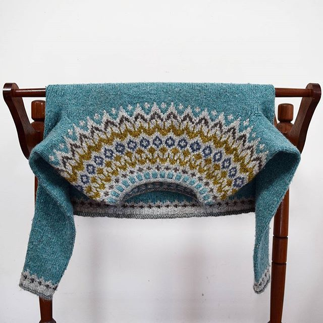 Upside down Riddari.  Designed by my lopi knitting hero, Védís Jónsdóttir. (Does anyone know if Védís has an IG account?) I think there's something about this particular yoke design that looks so good when inverted.. 💙✨ #riddari #icelandic #sweater #lopapeysa #knittersofinstagram #knitstagram #strikkedilla #handknit #handmade #fairisle #wool