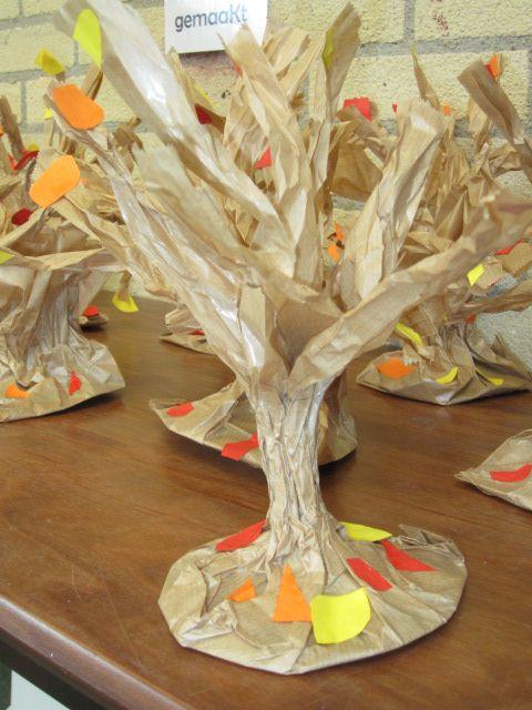 Herfstbomen gemaakt van papieren groentezakken.